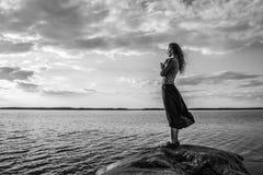Frau betrachtet den Horizont stockfotos