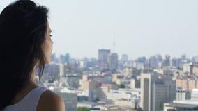 Frau betrachtet Stadt scape, lebendes Leben in der Stadt, junge weibliche aufpassende Gebäude stock video footage