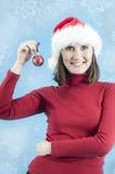 Frau betriebsbereit, den Weihnachtsbaum zu verzieren Lizenzfreies Stockbild