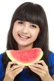Frau betriebsbereit, einen Bissen aus Wassermelone heraus zu nehmen Lizenzfreie Stockfotos
