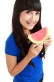 Frau betriebsbereit, einen Bissen aus Wassermelone heraus zu nehmen Lizenzfreies Stockbild