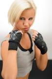 Frau betriebsbereit, mit kickbox Handschuhen zu kämpfen Stockbilder