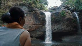 Frau bewundert den schönen Wasserfall stock video footage