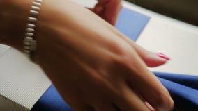 Frau bindet einen blauen Bogen los stock footage