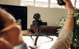 Frau Blogger, der ihren Inhalt auf Kamera notiert Lizenzfreies Stockbild