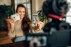 Frau Blogger, der ihren Inhalt auf Kamera notiert Lizenzfreie Stockfotos