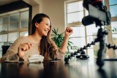 Frau Blogger, der ihren Inhalt auf Kamera notiert Lizenzfreies Stockfoto