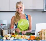 Frau blogging ungefähr kulinarisch vom Hauptnotizbuch Stockbild