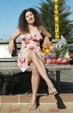 Frau bohrte an der Bushaltestelle Stockfotografie