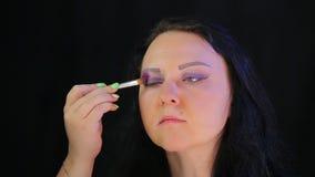 Frau Brunette mit purpurrotem Schatten des Augenmakes-up stock video