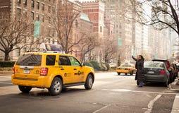Frau catchs Rollen in New York Stockbilder