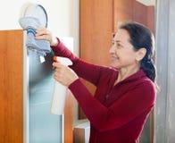 Frau cleaninig zu Hause lizenzfreie stockfotografie