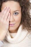 Frau deckt ihr Auge ab stockfotografie