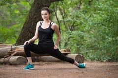 Frau dehnt ihr Bein aus stockfoto