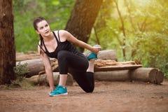 Frau dehnt ihr Bein aus stockfotos