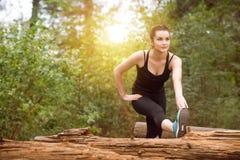 Frau dehnt ihr Bein aus lizenzfreie stockbilder
