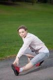 Frau dehnt ihre Muskeln aus Stockfoto