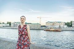 Frau in dem Moskau-Fluss lizenzfreies stockfoto