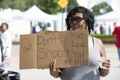 Frau demonstriert in Ferguson, MO Lizenzfreie Stockfotografie