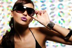 Frau in den Art und Weiseartsonnenbrillen Stockfotos