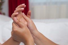 Frau in den Badekurortsalonmassagetherapie- und -schönheitsbehandlungen Stockbild