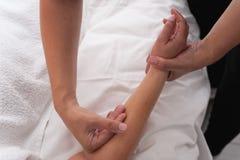 Frau in den Badekurortsalonmassagetherapie- und -schönheitsbehandlungen Lizenzfreies Stockbild