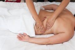 Frau in den Badekurortsalonmassagetherapie- und -schönheitsbehandlungen Stockfotografie