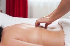 Frau in den Badekurortsalonmassagetherapie- und -schönheitsbehandlungen Lizenzfreies Stockfoto