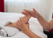 Frau in den Badekurortsalonmassagetherapie- und -schönheitsbehandlungen Lizenzfreie Stockfotos