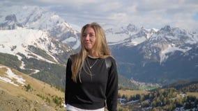 Frau in den Bergen stock video footage