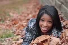 Frau in den Blättern Stockfotos