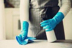 Frau in den blauen Gummischutzhandschuhen, die Staub abwischen und schmutziges Reinigungskonzept, Fahne, Kopienraum Stockfotos
