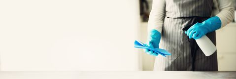 Frau in den blauen Gummischutzhandschuhen, die Staub abwischen und schmutziges Reinigungskonzept, Fahne, Kopienraum Lizenzfreie Stockfotos