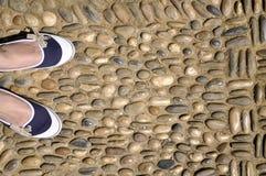 Frau in den blauen Schuhen Lizenzfreie Stockfotos