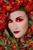 Frau in den Blumen stockfotos