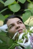Frau in den Blumen lizenzfreie stockbilder