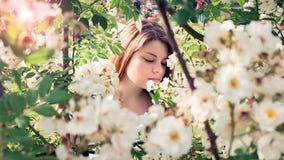 Frau in den Blumen Lizenzfreies Stockfoto