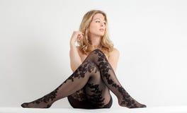 Frau in den Blumenmuster-Strumpfhosen Stockfotos