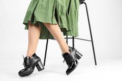 Frau in den eleganten Schuhen und im Barhocker auf weißem, Nahaufnahme stockbilder