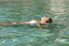 Frau an den Feiertagen, die in einem tropischen Strand sich entspannen und baden Stockfotografie