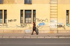 Frau in den Freizeitkleidungs-Wegen auf dem Fußweg lizenzfreie stockfotos