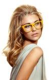 Frau in den gelben Gläsern Lizenzfreie Stockfotos