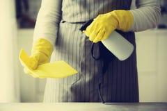 Frau in den gelben Gummischutzhandschuhen, die Staub abwischen und schmutziges Reinigungskonzept, Fahne, Kopienraum Stockfotografie