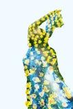 Frau in den gelben Tulpen Stockfoto