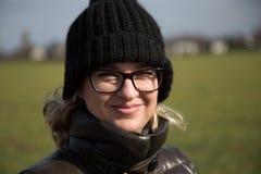 Frau in den Gläsern lizenzfreies stockbild