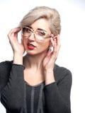 Frau in den Gläsern Stockfoto