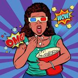 Frau in den Gläsern 3d einen furchtsamen Film aufpassend und Popcorn essend Stockfotografie
