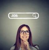 Frau in den Gläsern denkend, nach einem neuen Job suchend Lizenzfreies Stockbild
