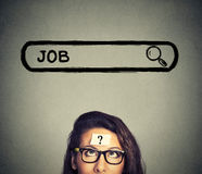 Frau in den Gläsern denkend, nach einem neuen Job suchend lokalisiert auf grauem Wandhintergrund Lizenzfreie Stockbilder