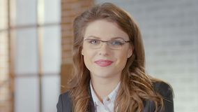 Frau in den Gläsern, die Kamera betrachten und, Wirtschaftsleute, zuverlässig lächeln stock video footage